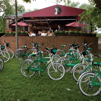 Bikes, Bites, and Brews Tour Chicago: Enjoy Chicago's famous food, historic architecture and great beer on this Bikes, Bites and Brews tour. #Chicago #FoodTour #Beer