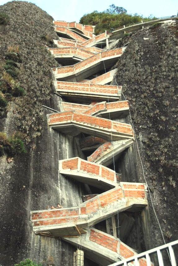 Such an awesome adventure!! My favorite spot in Colombia... Piedra de Peñol - Medellin, Colombia.....  Colombia Vacation  Dans notre blog beaucoup plus d'informations  https://storelatina.com/colombia/travelling  #Kolumbija #کولمبیا #Kolonbian #Kolumbien