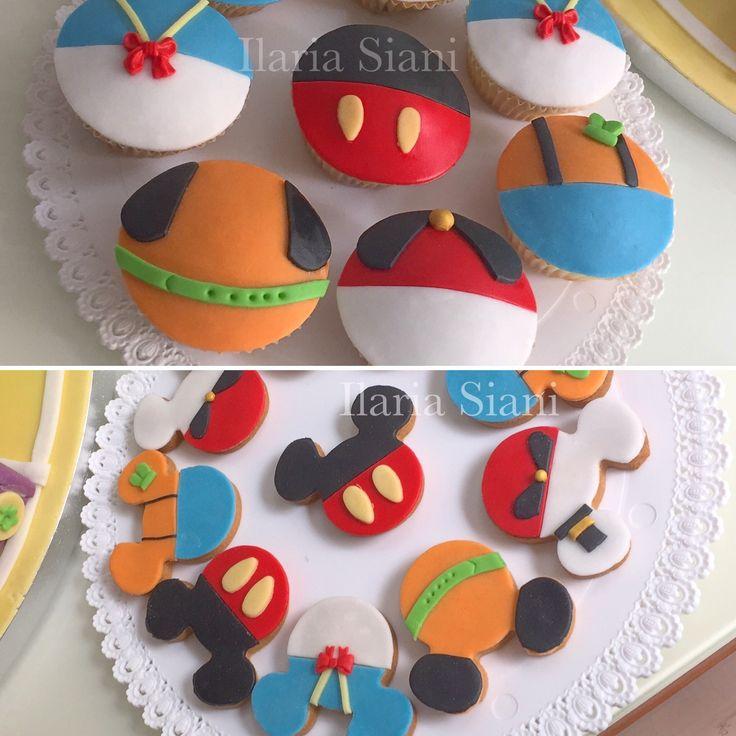 """Biscotti e cupcakes a tema Topolino e i suoi amici 🎂🎉 #instafood #ilas #ilassweetness #cupcakes #biscotti #mickymouse #topolino #paperino #pippo #pluto #cakedesign #party #festa #compleanno #birthdayparty #pastadizucchero #sugarpaste  Per info e richieste contattami qui  www.facebook.com/ilascake  e se ti va metti """"mi piace"""" alla mia pagina 👍🏻"""