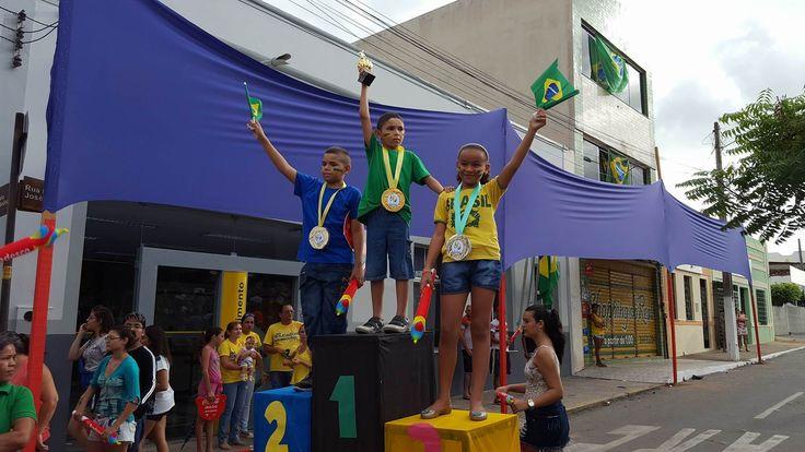 A criançada de Massapê - Ce, se divertiu brincando de medalhistas Olímpicos no pódio criado pela Assistência Social da cidade para o revezamento. 09/06/2016.