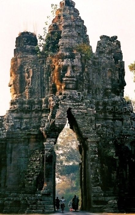 The gate of Angkor Thom, a photo from Siem Reab, West | TrekEarth