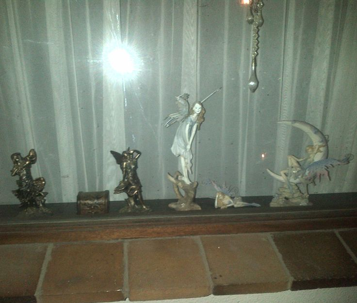 Because Tyrion and Katja can play very rough at times I keep these most precious fairies in the window where they can't get knocked over. The two bronze ones I got from my Mom and the other two Alf gave me.