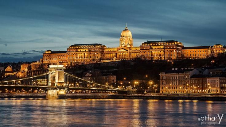 De hoofdstad met duizend gezichten: #Boedapest! Van #rommelmarkten tot kleine exclusieve winkeltjes, van badhuizen tot vintage nachtclubs.