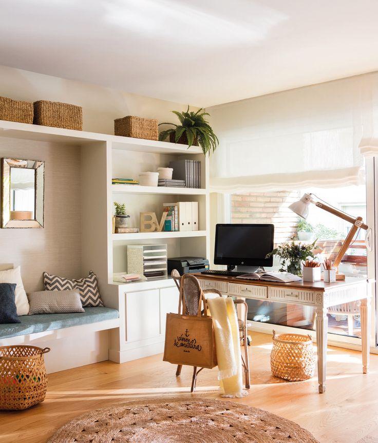 escritorio restaurado con mueble a medida de fondo