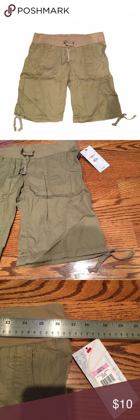 "Women's Elastic Cargo Shorts WOMENS CARGO SHORTS Size: Waist measures 33"" Color: Khaki/Olive Green Awesome stylish cargo shorts for women! Pockets on the side, an elastic band waist, and cute ties at the bottom. Brand new, NEVER WORN. Comment with any questions :) Shorts Cargos"