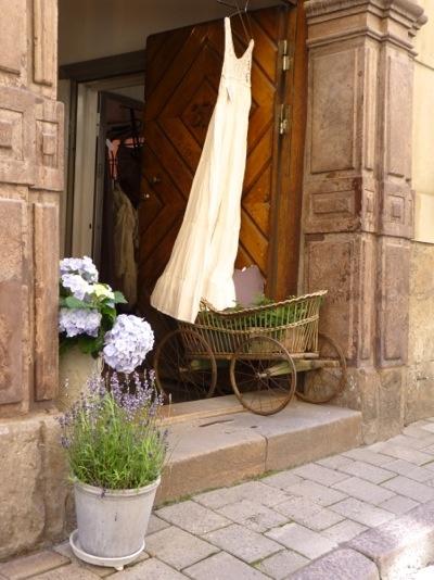 Foto gemaakt in Stockholm (stond erbij): kinderwagen, trouwjurk eraan, plantje erin, ik zeg niets meer aan doen!
