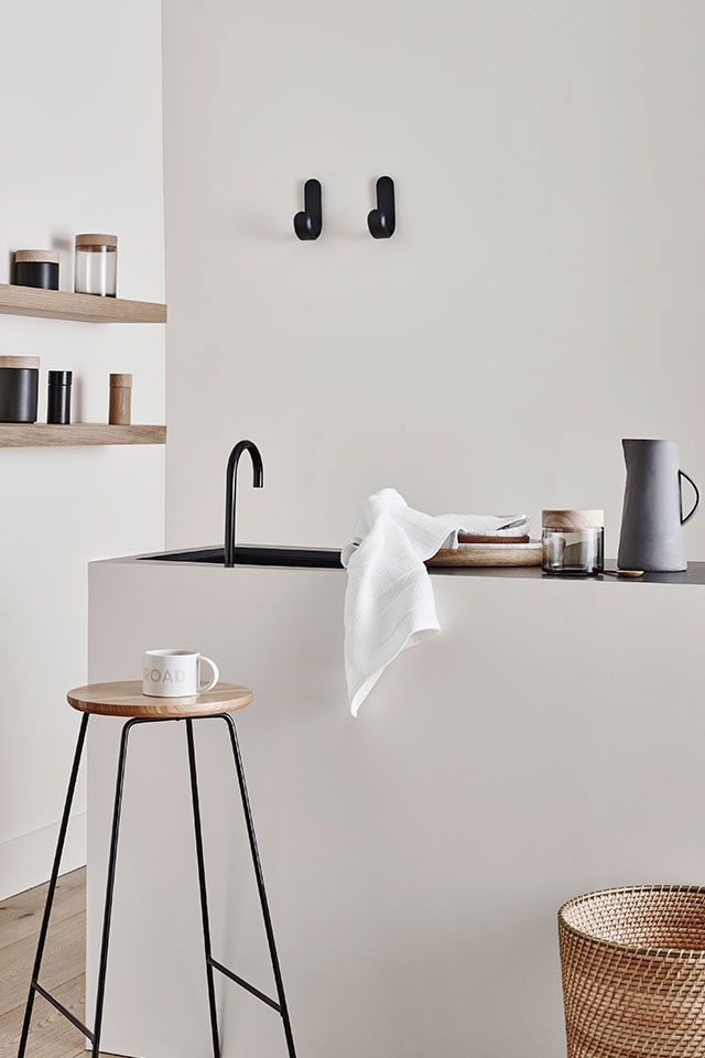 De zwarte details combi met het hout en het grote witte oppervlak. Ja! | Wit | Zwart | Rust | Keuken | Houten details  | Modern | #interieur #keuken #interieurontwerp