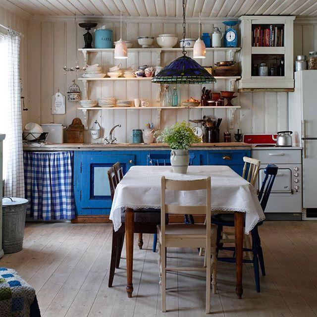 Bak luke nr 3 i magasinet @norskehjem sin #julekalender finner vi dette sjarmerende kjøkkenet på Kampen i Oslo som vi skrev om i 2012 :) #kjøkken #interiør #magasin #