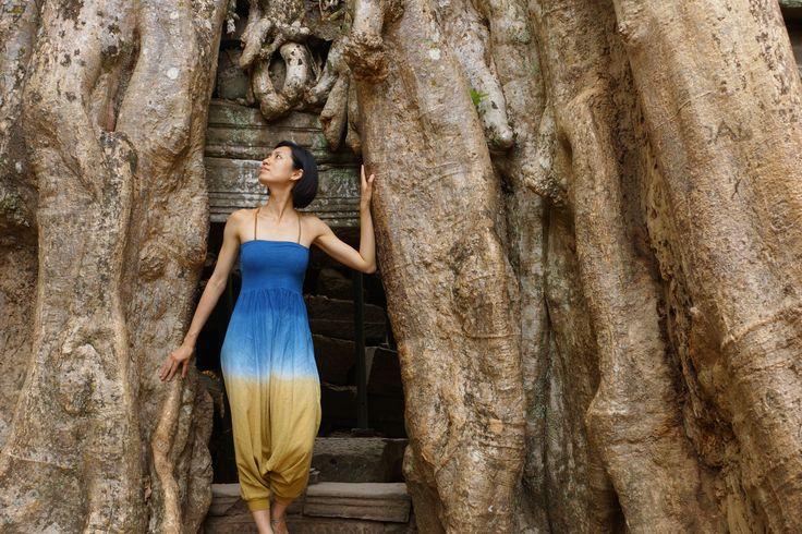 アンコール遺跡 - Ta Prohm - カンボジア   他の寺院では、木は元の建築を復元するために伐採されています。しかし、唯一のタ·プロームは、建築と自然の共存をコンセプトとし、石造りの中に太い幹を覗かせています。 In other temples, trees are cut down to restore the original architecture. But only Ta Prohm exhibits the peaceful coexistence of architecture and nature.