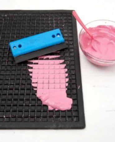 Como fazer quadradinhos para mosaico - Vix - Numa tigela misture 15ml de cola de madeira e 55ml de água. Depois adicione 15ml de tinta acrílica, misturando tudo. Agora polvilhe 80ml de gesso em pó sobre a mistura, deixando que afunde antes de misturar para evitar que fiquem grumos na mistura