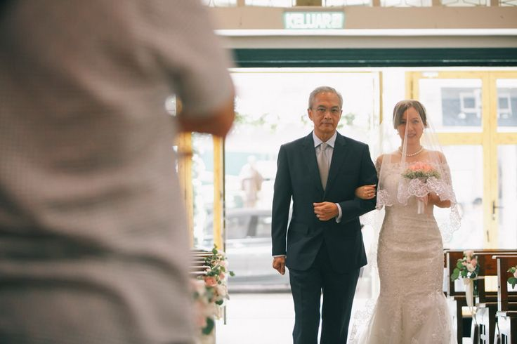 Father escort her daughter down the aisle