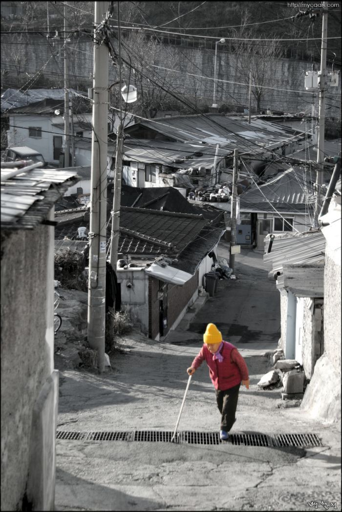 Old woman at the 104Maeul Village,Korea  photo by Bang, Chulrin