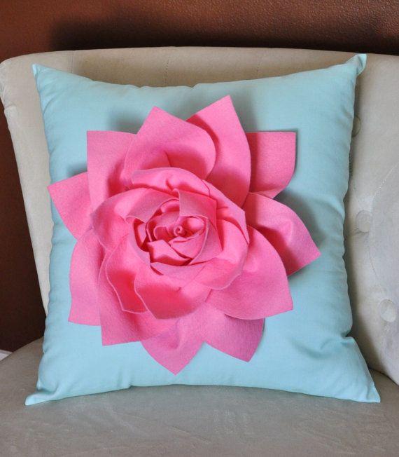 SE HACEN TODOS LOS ARTÍCULOS QUE COMPRE POR FAVOR VER PARA EL ACTUAL MOMENTO DE LA CREACIÓN!!!!!! Shabby Chic flores almohada rosa agua firmemente rellena para una bonita almohada completa. Sentía el Lotus en la almohada de algodón.  Esta almohada hace una hermosa pieza de acento para cualquier habitación! Perfecto para las muchachas del bebé hasta adultos.  ~ De la flor y la almohadilla se puede hacer en cualquier color, contacte con el vendedor! Colores disponibles de flor son:  Blanco…