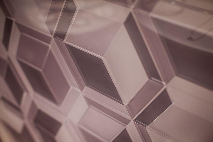 Découvrez l'une de nos dernières réalisations : un verre feuilleté avec incorporation d'un papier à motifs géométriques. Sa particularité : ses gravures réalisées à même le vitrage par notre partenaire Au Gré du Verre !