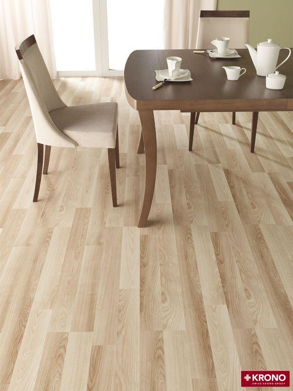 Łatwe do utrzymania czystości panele podłogowe. Jasne kolory powiększają optycznie przestrzeń.
