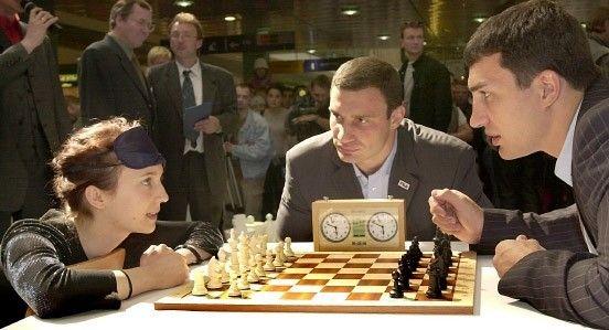Wladimir und Vitali Klitschko on chess. .