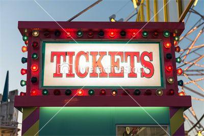 Kolorowa, wpół oświetlona kasa biletowa  #lights #fun #colors