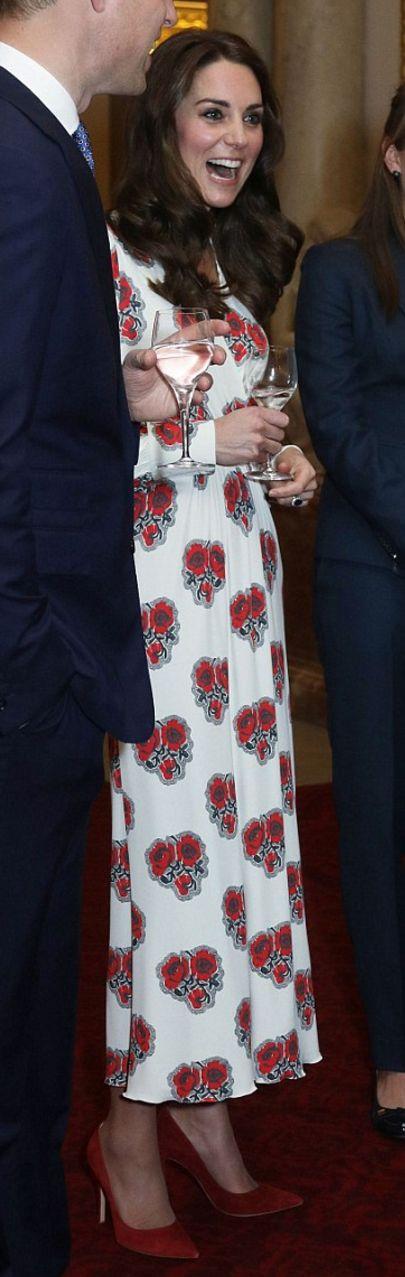 Kate Middleton: Dress – Alexander McQueen  Jewelry – Soru Jewellery  Shoes – Gianvito Rossi  Purse – Miu Miu