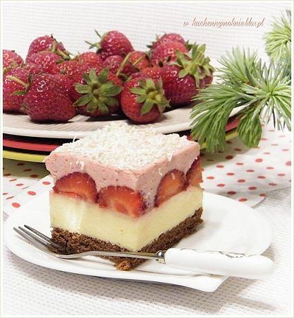 Upalne dni w sezonie truskawkowym zachęcają do zrobienia sernika na zimno z truskawkami. Dzisiaj W KUCHENNYM OKNIE przedstawiam Wam przepis na tego typu ciasto
