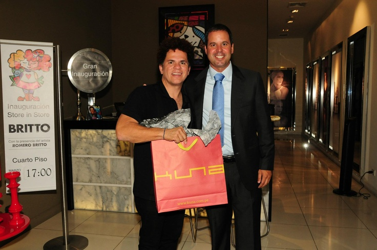 El artista plástico brasileño Romero Britto estuvo en Lima para inaugurar su primera tienda en el Perú en Ripley del Jockey Plaza (Store in Store), donde Diego Reyes Gerente de Marketing Corporativo de Ripley le regalo una chalina de guanaco KUNA.