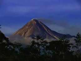 Gunungapi adalah lubang kepundan atau rekahan dalam kerak bumi tempat keluarnya cairan magma atau gas atau cairan lainnya ke permukaan bumi. Material yang dierupsikan ke permukaan bumi umumnya membentuk kerucut terpancung.