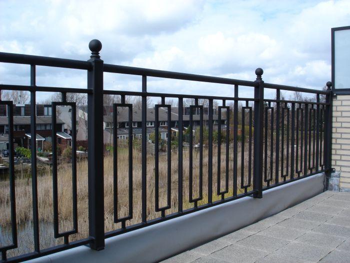 De 2 onder 1 kap woningen krijgen een metalen hekwerk in tegenstelling tot de rijtjeswoning. Die krijgen een houten hekwerk.  Bron: http://www.bervos-kemkam.nl/mod/FA01/_Files/strak%20balkon%20hekwerk.JPG