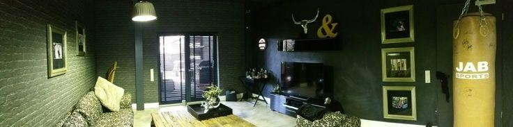 Wohnzimmer im Loft Style mit Tapeten in schwarzer Steinoptik, einem coolen Spachtelboden, Lampen im Industrie-Look und schwarzen Holzjalousien. #wohnzimmer #loft  #industrial #marcolueck