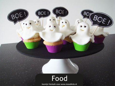31 Oktober is de dag waarop Halloween wordt gevierd en ieder jaar maken wij altijd iets lekkers klaar dat helemaal past bij dit spookachtige feest. Standaard hollen we pompoenen uit en maken er enge of grappige gezichtjes in om er 's avonds naar te kunnen kijken... #bakken #cupcakes #halloween