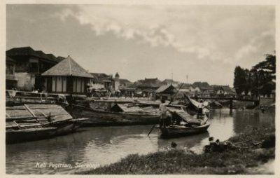 """""""Kali Pegirian Soerabaja"""" (tampak depan menara langgar Bafadol Jl. K.HM. Mas Mansyur0  1920 - 1940"""