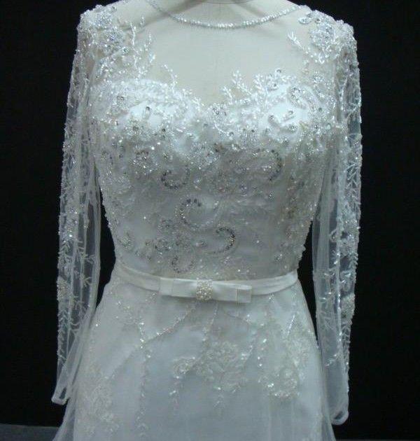 Vestido de noiva semi sereia, com sobreposição em tule na saia e bordado no corpete, manga longa bordada. Via Brasil Noivas.