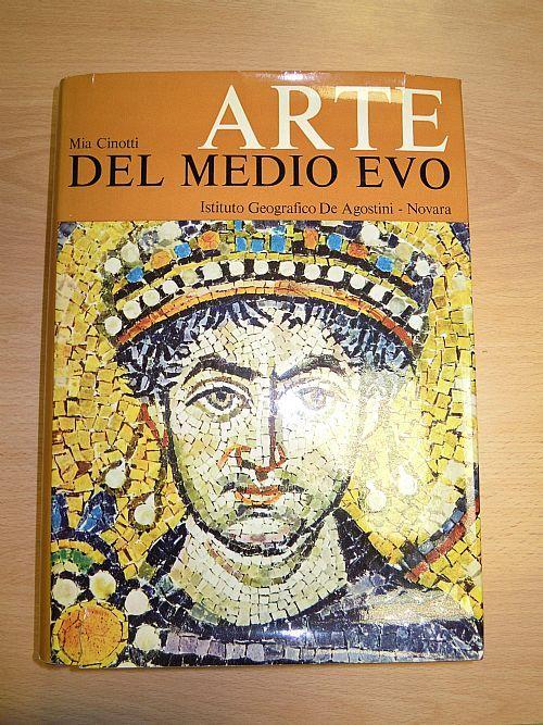 Arte del Medioevo-Mia Cinotti. 1966 De Agostini. 643 pp con immagini a colori e in bianco e nero. 22x29,5 cm, copertina rigida con sovracoperta leggermente rovinata.