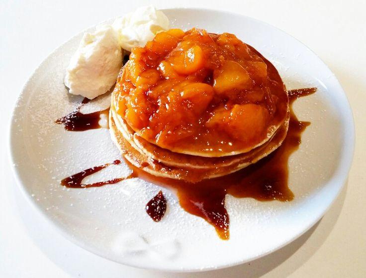 Pancake con pesche caramellate alla cannella e panna acida