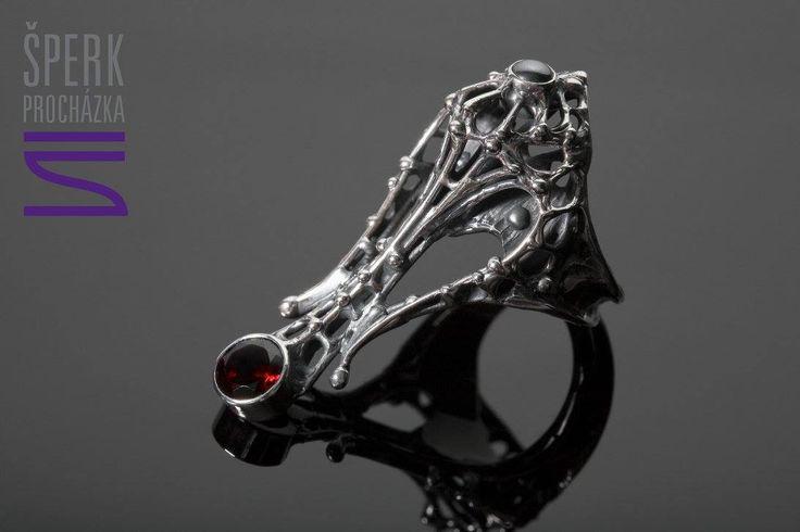 Prsten z minulých časů. Stříbro, almandin, hematit, patina