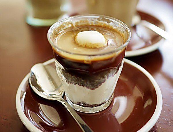 Аффогато (англ. Affogato) — десерт на основе кофе.  Десерт обычно готовится из ванильного мороженого, которое заливается порцией горячего эспрессо.  Существуют разновидности десерта с добавлением амаретто или другого ликера.  Аффогато едят ложкой.  Есть также рецепты с ореховым мороженым, какао-порошком, сливками или топленым шоколадом.