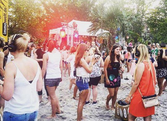 Sand unter den Füßen, Musik auf den Ohren und bestes Sommerwetter ☀Was für ein perfekter Tag für unsere immowelt.de HEADPHONE PARTY am Stadtstrand in Nürnberg 🎵💕 🎧  #summerfun #sommersonnesonnenschein #headphones #immowelt #eineweltvollerzuhause #partytime #music #dj #dancing #sanduntermeinenfüssen #drinks #specialnight #funfriday #fridaynight #weekend #letsdance #stadtstrandnuernberg #stadtstrand #nuernberg_de #nuernberg #partyallnightlong #perfect #sunshine #nürnberg #sand #lifeisgood