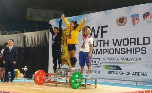Manuela Berrío, campeona mundial sub-17 de levantamiento de pesas en el arranque, envión y total de los 44 kilogramos, el 20 de octubre en Malasia.