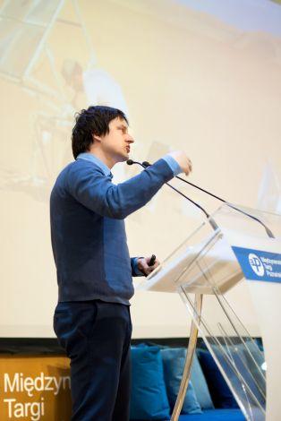 """Oskar Zięta podczas konferencji """"Materiały – obszar poszukiwań"""" podczas Arena Design 2014. Organizator - Pfleiderer, źródło - Designerer"""