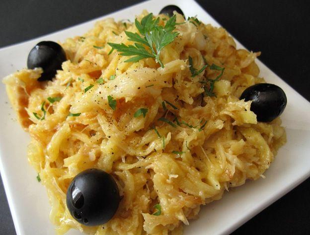 BACALHAU DOURADO Ingredientes: 500 gr de bacalhau desfiado e demolhado (sem pele, nem espinhas) 1kg de batata palha frita 2 cebo...