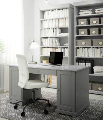 Escritório em casa com secretária cinzenta, estantes e cadeira giratória com capa em algodão branco