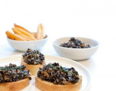 Ingrediënten ( 4 personen)    150 g oesterzwammen    1 sjalotje    olijfolie    sojasaus    100 g zwarte olijven    zwarte peper    bieslook    ciabattabrood / crackers /grissini    Bereiding    Verhit wat olijfolie in de pan. Versnipper de sjalot, scheur de oesterzwammen in stukjes en bak ze in de pan. Voeg wat sojasaus toe naar smaak.    Doe de oesterzwammen in de keukenrobot met de zwarte