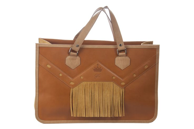 Modelo flecos serraje tonos camel #moda #bolsos