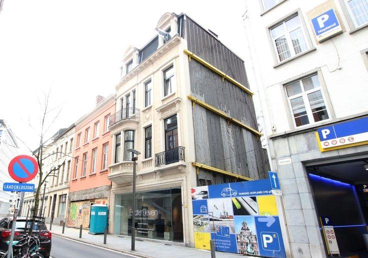 TOPLIGGING/ appartement met 1 slpk - 214000€ - Hopland 44, 2000 ANTWERPEN 2000 - Op een TOPLIGGING in Antwerpen, HOPLAND het verlengde van de SCHUTTERSHOFSTRAAT, een 1-slaapkamerappartement. Op wandelafstand van de Meir, nieuwe Stadsfeestzaal. Indeling: gelegen op de 3de verdieping, ruime leefruimte ca. 30m² met aansluitend een volledig geïnstalleerde open keuken (afwasmachine, elektrisch kookvuur, combi oven, koelkast), aparte slaapkamer, ruime badkamer met lavabo, toilet en douche. Er is…