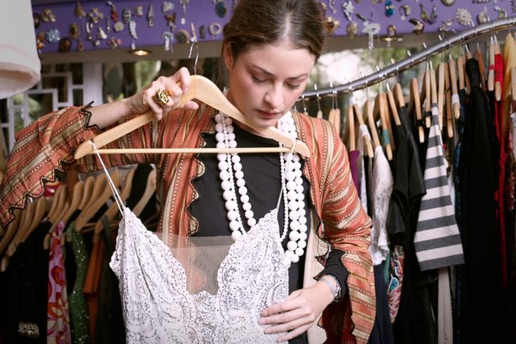 The Vintage Shop _ Gloria Saldarriaga con un vestido Jiki, en seda, bordado a mano con pedrería y encaje. Una pieza fantástica con ecos de los años 20 y un glamour antiguo extraviado y atemporal.