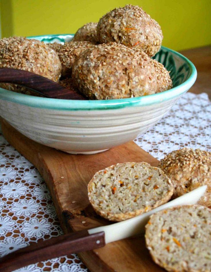 Glutenvrije broodjes van havermeel, boekweitmeel en rijstmeel met groente en zaden