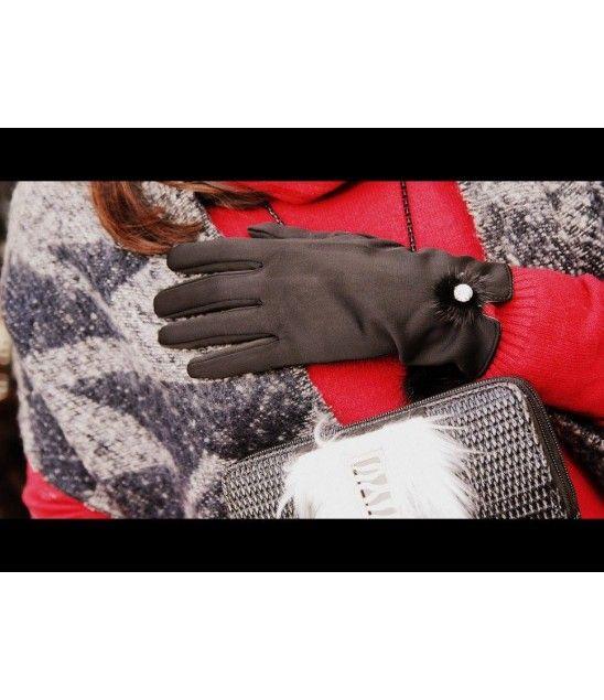 Χειροποίητα μαύρα γάντια στολισμένα με γούνα και κρύσταλλο.