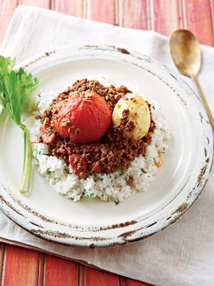 丸ごとのっけたトマトとゆで卵をくずしながら食べるとおいしい!|『ELLE a table』はおしゃれで簡単なレシピが満載!