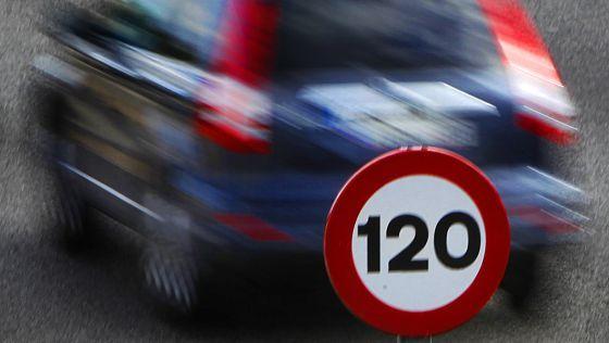 Nueve nuevas normas de Tráfico que cambian su vida al volante Tráfico ultima la reforma del Reglamento General de Circulación Modificará los límites de velocidad, impondrá el casco a los ciclistas e introducirá prohibiciones