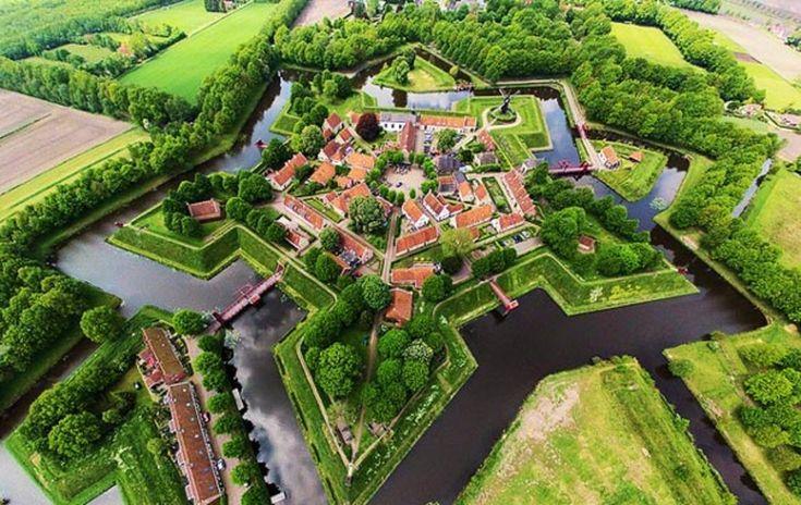 Αυτό το γραφικό χωριό βρίσκεται στην Ολλανδία και πρόκειται για ένα φρούριο που χτίστηκε το 1593 σε σχήμα αστεριού! Δύσκολα πιστεύει κανείς ότι είναι αληθινό...