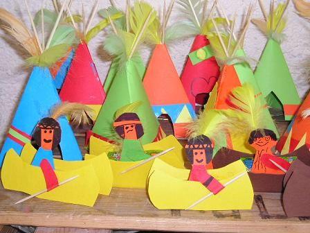 Voor dit gezellige indianendorp beginnen we met de wigwam. Per wigwam heb je drie satéprikkers nodig. Steek deze aan de bovenkan bij elkaar en maak ze met een touwtje aan elkaar vast. Zorg ervoor dat ze goed vastzitten.  Nu ga je de wigwam bekleden. Dit kan je met stof doen, maar op het voorbeeld …