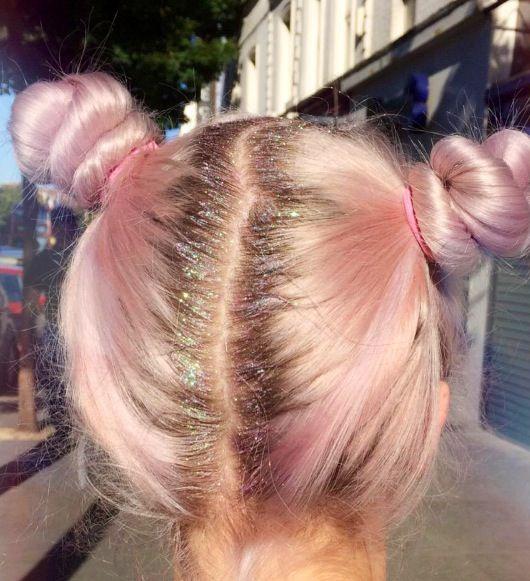 Blogger Ellen wearing the Wanderdusk Glitter Hair Pills to cover her roots!